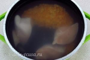 Кладем в кастрюлю мясо и горох варим до готовности курицы