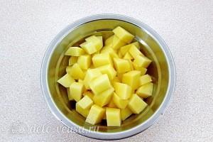 Чистим и режем картошку кубиками