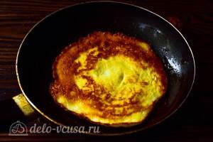 Печем блинчики на разогретой сковороде с маслом