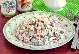 Летний крабовый салат с редисом и зеленью