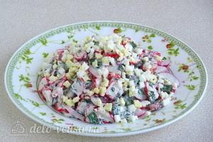 Крабовый салат с редисом и зеленью готов