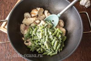 Обжариваем курицу на сковороде и добавляем фасоль