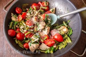 Добавляем к курице шпинат, помидоры и специи