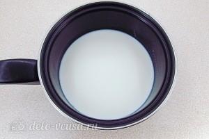 В молоке растворяем сахар и соль