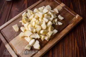 Чистим и яблоки и режем кубиками