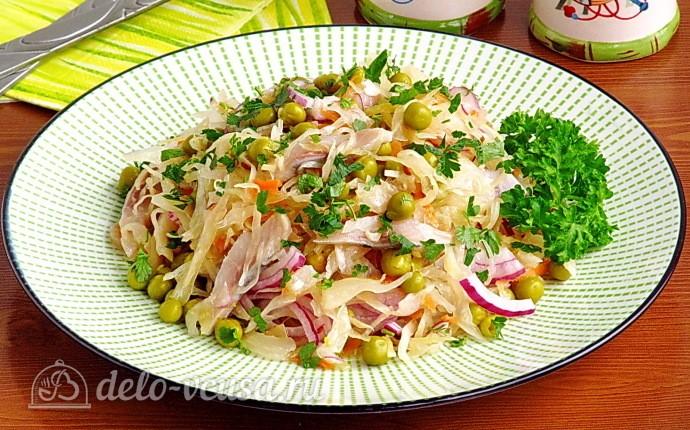 Витаминный салат из квашеной капусты с сельдью и горошком