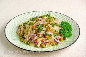 Салат из квашеной капусты с сельдью и горошком готов