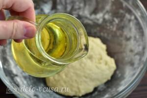 К тесту добавляем растительное масло и перемешиваем его