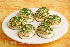 Яйца, фаршированные икрой сельди готовы