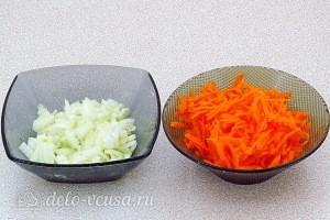 Лук режем, а морковь трем на терке