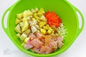 Выкладываем все ингредиенты в миску и добавляем специи по вкусу