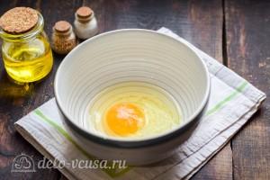 В глубокую миску разбиваем яйцо и добавляем соль