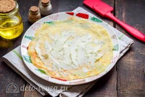 Блинчик смазываем сливочным сыром
