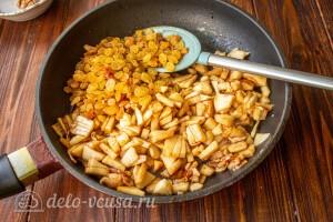 Карамелизируем яблоки и добавляем изюм