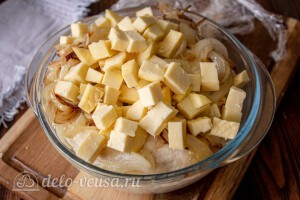 Добавляем сыр и лук в тесто