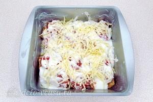 Заливаем рыбу соусом и посыпаем тертым сыром