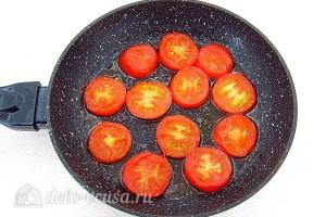 Обжариваем томаты на сковороде до мягкости