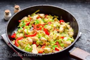Обжариваем курицу и овощи на сковороде 5 минут