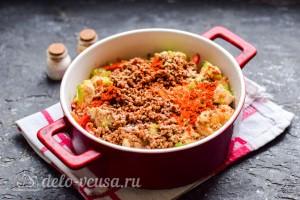Кладем овощи в горшочек, добавляем гречку и специи