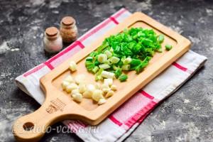 Зеленый лук и чеснок измельчаем
