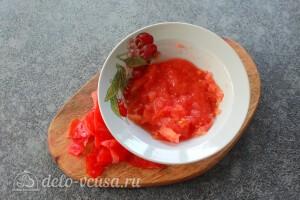 Удаляем с помидора шкурку и режем его кубиками