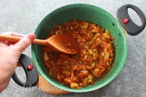 Обжариваем овощи 5 минут, помешивая их