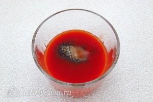 Томатный сок выливаем в стакан и добавляем соль и перец