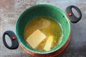 Сливочное масло растапливаем на плите