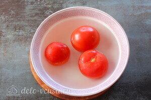 Ошпариваем помидоры и снимаем с них шкурку