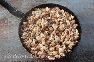 Добавляем к мясу лук и грибы, обжариваем
