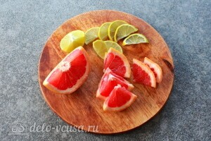 Половину грейпфрута и лайм режем дольками