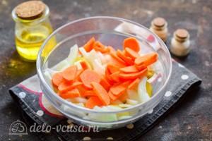 Морковь очистить и порезать пластинками