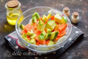 Кабачок порезать и добавить к овощам