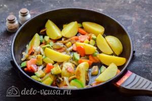 Обжариваем овощи на сковороде до готовности
