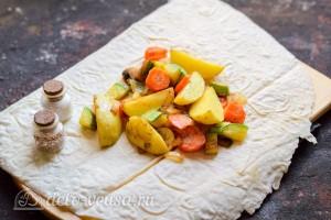 Кладем готовые овощи на лаваш