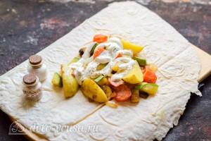 Поливаем овощи сметаной и добавляем специи