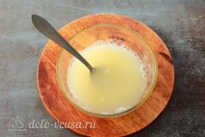 В воде для теста взбиваем яйцо с солью