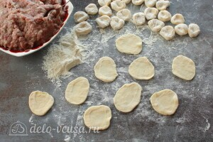 Делим тесто на части и формируем лепешки для пельменей