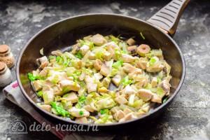 Лук и капусту порезать и обжарить с курицей и грибами на сковороде