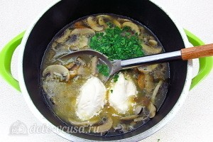За 5 минут до окончания приготовления добавляем в суп зелень и плавленый сыр