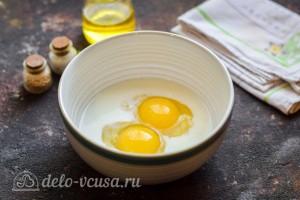 Соединяем яйцо, молоко и соль