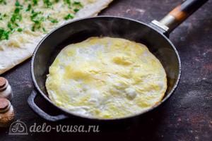 На разогретой сковороде жарим омлет