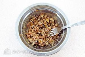 Шпроты вынимаем из консервы и разминаем вилкой