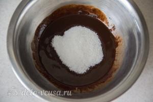 Топим масло и шоколад, добавляем соль и сахар