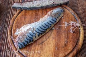 Рыбу чистим, удаляем кости и шкурку