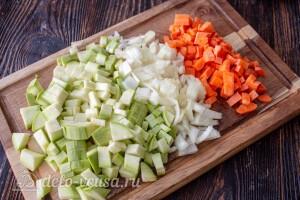 Режем кабачок, морковь и лук
