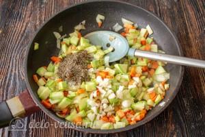 Овощи со специями обжариваем на растительном масле