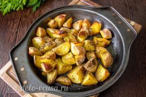 Приправляем картошку специями и маслом и запекаем в духовке до готовности