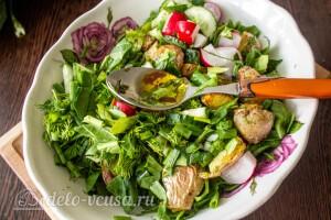 Заправляем салат маслом и соевым соусом по вкусу