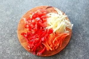 Режем помидоры, морковь, перец и капусту